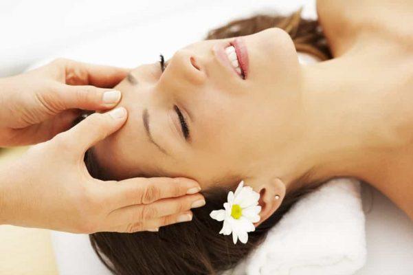 Massage da mặt hàng ngày giúp ngăn chặn tình trạng lão hóa da chảy xệ